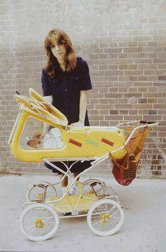 Frau mit einen DDR Kinderwagen