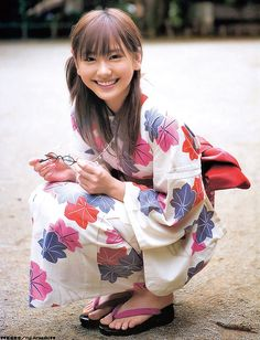 Yui Aragaki Yukata with Leaves Beautiful Japanese Girl, Cute Japanese, Japanese Beauty, Japanese Kimono, Beautiful Asian Women, Asian Beauty, Japanese Female, Beautiful Celebrities, Moda Kimono