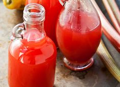 DEKORATIV GAVE: Nå er det rabarbrasesong, og da kan du lage opp sirup som du kan fryse ned. Hot Sauce Bottles, Drinks, Food, Juice, Drinking, Beverages, Essen, Drink, Meals