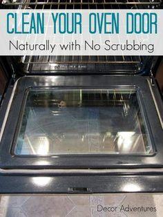 Limpiar la puerta del horno con agua y bicarbonato