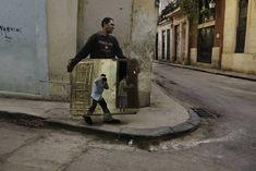 Un uomo porta uno specchio in una strada della Vecchia Avana. L'uomo riflesso nello specchio è McCurry stesso mentre scatta la fotografia. (foto di Steve McCurry)