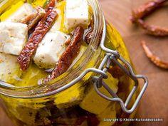 in Öl eingelegter Feta mit getrockneten Tomaten (oder Oliven) - ganz einfach - http://www.kuriositaetenladen.com/2010/05/eingelegter-feta.html
