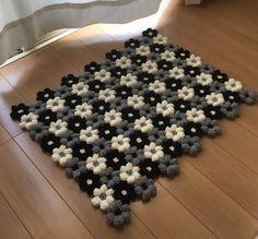 ふんわりアクリル毛糸で小花を編み繋げた小花のラグ、マットです。引っかけたりして、なるべく糸が飛び出したりしないような編み方をしています。size:約60×48そのまま敷くとフローリング等では滑りますので必ず滑り止めをご使用ください。お洗濯は手洗い押し洗...