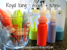 Royal Icing : recipe and tutorial. colored royal icing, that is awesome. Icing Frosting, Cookie Icing, Icing Recipe, Royal Icing Cookies, Frosting Recipes, Cookie Recipes, Cupcakes, Cupcake Cookies, Iced Cookies