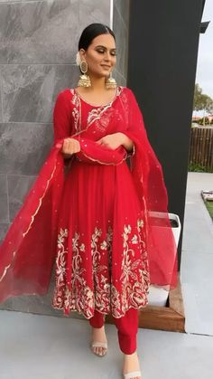 Indian Gowns Dresses, Indian Fashion Dresses, Indian Designer Outfits, Indian Suits Punjabi, Bridal Suits Punjabi, Embroidery Suits Punjabi, Embroidery Suits Design, Patiala Suit Designs, Kurti Designs Party Wear