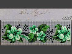 Mönster. Del av, för korssöm, tryckt på blått papper och handkolorerat. Blomranka i grönt och svart
