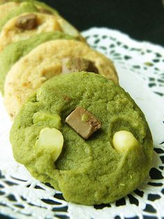 Matcha cookies, green tea powder, matcha green tea, instead of white chocolate use mochi bits Matcha Tee, Matcha Cookies, Cookie Recipes, Dessert Recipes, Delicious Desserts, Yummy Food, Cookies Et Biscuits, Tea Cookies, Green Tea Recipes