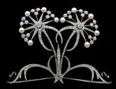 This tiara is quite different . Diamond, pearl and platinum tiara, by Henri Vever, circa Paris. Royal Crowns, Royal Tiaras, Tiaras And Crowns, Edwardian Jewelry, Antique Jewelry, Vintage Jewelry, Edwardian Era, Bijoux Art Nouveau, Art Nouveau Jewelry