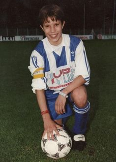A Young van Persie. Young Football Players, Football Awards, Football Stadiums, Football Posters, Robin Van, Van Persie, Association Football, Young At Heart, Swimming Costume