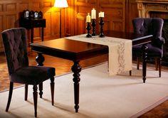 Table à rallonge finition acajou et assises capitonnées Domaine http://www.comptoir-de-famille.com/fr/catalogsearch/result/?q=domaine agrémentée du chemin de table Bertille