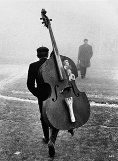 Bass, cello, and violins are my favourite instruments. I play bass. They are all beautiful Jazz Festival, Black White Photos, Black And White Photography, Der Klang Des Herzens, Street Photography, Art Photography, Blues, Double Bass, Sound Of Music