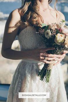 Recorre las 6 recomendaciones que te damos para escoger el vestido de bodas que se acerque a lo que haz soñado. Primero léete el artículo y luego vuelve para que guardes tu pin. No te olvides de seguir tu instinto y escoger un vestido que te haga sonreír. #vestidodebodas #vestidodeboda Wedding Ceremony Ideas, Office Dresses, Wedding Dresses, Beautiful, Fashion, Sleek Wedding Dress, Bridal Gowns, Wedding Ceremonies, Weddings