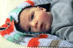 SLAAPZAK / TRAPPELZAK voor baby gehaakt en gestreept. €84,95, via Etsy.