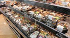 2015年厚生労働省より発表された指定添加物リストは449品目です。 さかのぼっていくと、2014年は445品目、2013年は436品目、2005年まで戻ると357品目です。そうです。約10年でざっと100品目近くの添加物が追加認可されたことになるんです。  一方で1947年12月の食品衛生法が制定されてから約60年間もの間に60品目の添加物が国によって削除=使用禁止になっているのです。  つまり国が安全だと言って次から次へと新しい添加物を認可しておきながら、どうやら認可した添加物は危険性ありだということで禁止にしてたりするわけです。  また、国で削除対象とした添加物を米国の要請で取り下げて品目を据え置いた添加物もあります。これは米国からの輸入食品にその削除対象添加物が入っていることが分かったので、米国通商代表部から「その禁止はやめなさい」と圧力がかかったというわけです。…
