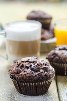 čokoládovo banánové muffiny Cap Cake, Chocolate Muffins, Food And Drink, Birthday Cake, Cookies, Breakfast, Sweet, Desserts, Recipes