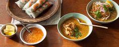 みなさん、こんにちは。 暑い日が続きますが、冷たい物ばかり食べていませんか? 今回は、食欲が落ちるこの時期に夏バテ予防に効果のあるレモングラスを使った 辛みの効いたホットなスープをご紹介します。 このスープを食べて暑い夏を乗り切ろう! ♠レモングラス料理に合わせたい「リタ・カリプソの音楽」by 吉本 宏 第4回は、テーマはアジアンムードたっぷりのレモングラス。 レモングラスはインド原産のイネ科の多年草植物で、主にアジアの熱帯に自生しています。インドでは古来より感染症や熱病、虫除けに使われてきたそうです。その名の示す通り、爽やかなレモンに似た香りがしますが、レモンよりもやや刺激が強く、生姜のような辛味と苦味もあります。その独特の香りがアジアンムードを醸し出してくれます。 この香りは食欲を刺激し、消化を促進する効果もあります。世界三大スープの一つトムヤムクンには欠かせないハーブで、独特の酸味を演出してくれます。また魚のお腹に少し詰めて焼くと臭み消しにもなります。…