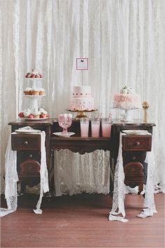 Mesa decorada com cortina de renda e tons rosa e branco. Linda!