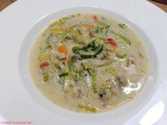 Käse / Lauch / Mett - Suppe ...mit Möhrchen und Paprika als Farbtupfer . #essen #essenmachtglücklich #food #foodblogger #foodbloggerdeutschland #foodlover #foodpic #hausmannskost #instafood #instafoodie #Käse #Käsesuppe #kochen #kochenleichtgemacht #Lauch #Lauchkäsesuppe #lecker #leckerschmecker #Mett #mittagsessen #Porree #rezepte Foodblogger, Cheeseburger Chowder, Risotto, Soup, Ethnic Recipes, Red Peppers, Meal, Food Portions, Cooking