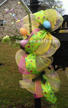Easter🐰Cute Decor for your mailbox Mailbox Decorating, Decorating Tips, Interior Decorating, Deco Mesh Wreaths, Door Wreaths, Mailbox Designs, Mailbox Ideas, Mailbox Landscaping, Crafts For Seniors
