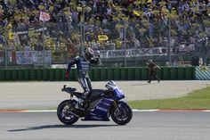 Jorge Lorenzo celebra su victoria ante el público de Valentino Rossi.