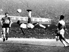 1965, por Alberto Ferreira, e mostra a famosa bicicleta de Pelé, em jogo realizado no Maracanã, Rio de Janeiro, Brasil.