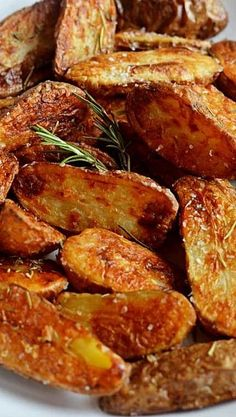 Crispy Sea Salt and Vinegar Roasted Potatoes. These are so crisp and flavorful, you'll want to eat them as a side dish for every meal! ❊ try this w sweet potatoes instead. Potato Dishes, Vegetable Dishes, Food Dishes, Side Dishes, Potato Recipes, Ham Recipes, Spinach Recipes, Oven Recipes, Cauliflower Recipes