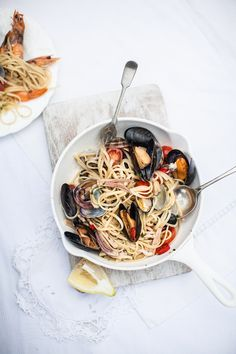 squaremeal: (via Food — Helen Cathcart) > Spaghetti frutti di mare Seafood Pasta, Seafood Recipes, Food Porn, Pasta Dishes, Food Styling, Food Inspiration, Italian Recipes, Love Food, Gastronomia