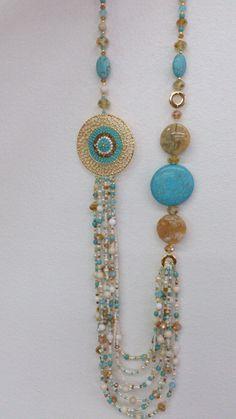 Collar de Diseño Geo Ecléctica, aplique en bronce con baño de oro, tejido con mostacilla japonesa de lujo color turquesa, lleva piedras en turquesa y dos ágathas color beige.