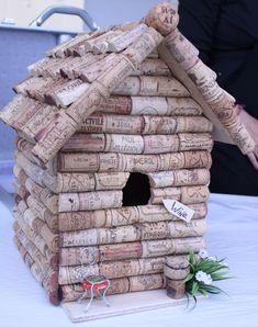 Wat een leuk idee: Kurkenvogelvilla Cork Crafts, Diy Crafts, Art Projects, Projects To Try, Pine Cones, Bird Houses, Bird Feeders, Stuff To Do, Hobby