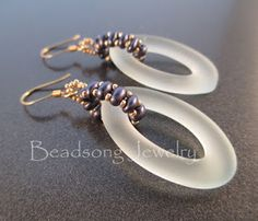 By Beadsong Jewellery, http://beadsong.blogspot.com. Great idea to use a seed bead weave as a bail; really catches the eye.