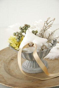 結婚式で指輪交換の時に使用するリングピロー。アンティーク調の器に、グリーンをベースにしたプリザーブドフラワーをあしらったかわいいデザイン。リングをのせる小さな...|ハンドメイド、手作り、手仕事品の通販・販売・購入ならCreema。