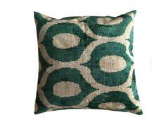 De prachtige ikat kussens zijn gemaakt van zijde en zijden velours. Handgeweven in Uzbekistan. Voor de kussens wordt uitsluitend natuurlijke verf gebruikt. De kleuren zijn daardoor mooi diep. 1 kant van het kussen is van fluweel, de andere kant is van zijde.  Inclusief vulling. Afmeting 50x50 cm. http://www.bedazzle.nl/woonaccessoires-and-decoration/woonaccessoires-kussens/kussen-green-chains-50-x-50-cm