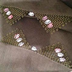 This Pin was discovered by HUZ Tatting Patterns, Lace Patterns, Baby Knitting Patterns, Crochet Patterns, Crochet Borders, Crochet Stitches, Diy Couture, Tatting Lace, Needle Lace