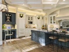 Светлые кухни с патиной: вневременная классика и 85 избранных интерьерных сочетаний http://happymodern.ru/kuxni-klassika-svetlye-s-patinoj-foto/ Состаренная черно-белая мебель в дизайне просторной кухни