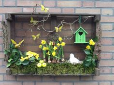 Houten kist voor buiten 1500 things to consider depending on a beautiful garden Basic principles of Spring Projects, Spring Crafts, Summer Centerpieces, Old Crates, Deco Nature, Diy Ostern, Easter Crafts, Wooden Boxes, Garden Art