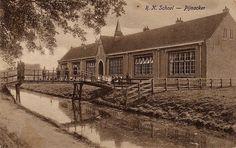 RK lagere school voor jongens en meisjes, later jongensschool, met houten loopbrug. De weg is niet verhard.