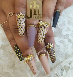 Coffin nails shape are like the ballerina shoes. It's elegant and convenient. Wanna try coffin nails this fall? Check out what kind of nailsart of coffin nails you like. Dope Nails, Get Nails, Fancy Nails, Bling Nails, Fabulous Nails, Gorgeous Nails, Pretty Nails, Acrylic Nail Designs, Nail Art Designs