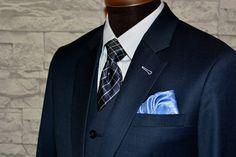 Tummansininen puku on tärkeimpiä pukuja miehelle. Tiivistimme perustelut 3 tärkeimpään kohtaan. Lue lisää: http://www.raatalistudio.fi/blogi/3-tarkeinta-syyta-hankkia-tummansininen-puku
