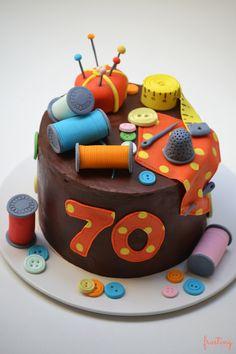 Tarta #costurero. Una #tarta para una persona que ha dedicado su vida a la #moda! #cake #fondant #sewing #sewingbox
