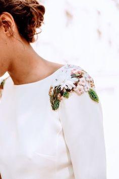 Wedding Inspiration: Bebas Closet & 10 Rules For A Perfect Wedding. – Cool Chic Style Fashion Wedding Inspiration: Bebas Closet & 10 Rules For A Perfect Wedding. Embroidery On Clothes, Embroidered Clothes, Embroidery Fashion, Embroidery Dress, Wedding Embroidery, Beaded Embroidery, Fashion Details, Diy Fashion, Ideias Fashion