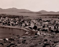 Ποιο ήταν το Πόρτο Λεόνε που επί Όθωνα είχε 150 κατοίκους και μέσα σε λίγα χρόνια έφτασε να αριθμεί χιλιάδες. Έγινε σπουδαίο λιμάνι και απέκτησε εντυπωσιακές βίλες, πυργόσπιτα και εμβληματικά δημόσια κτίρια - ΜΗΧΑΝΗ ΤΟΥ ΧΡΟΝΟΥ Old Photos, Vintage Photos, Greece History, Greece Pictures, London Hotels, Old City, East Coast, Athens, Paris Skyline