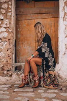 Boho Jewelry bohemian style kimono - The ultimate boho style kimono you just need to have for this summer! Discover the perfect Ibiza style bohemian look! Boho Gypsy, Bohemian Shoes, Bohemian Mode, Bohemian Lifestyle, Bohemian Kimono, Bohemian Outfit Summer, Boho Dress, Bohemian Bag, Boho Hat