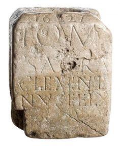 Volledige sokkel met wijopschrift aan Jupiter, herbruikt als wijwatervat in kalksteen - - Gallo-Roman Museum, Tongeren | Lukas