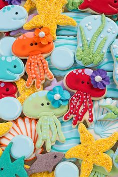 How to Make Jellyfish Cookies with Video These jellyfish cookies are sugar cookies decorated with royal icing & have cute details that make them irresistible! Step by step & video tutorial. Fish Cookies, Fancy Cookies, Iced Cookies, Cute Cookies, Cupcake Cookies, Cookies Et Biscuits, Iced Biscuits, Cookie Favors, Baking Cookies