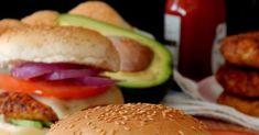 Το τρίπτυχο πίτσα, γύρος και μπέργκερ είναι το Ευαγγέλιο της junk  διατροφής στην χώρα μας. Η πίτσα και το μπέργκερ, ναι  μεν ε... Hamburger, Chicken, Ethnic Recipes, Food, Essen, Burgers, Meals, Yemek, Eten