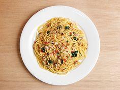 ボンゴレ - アサリから染み出すダシの香りと味が楽しめるシンプルなソース Quick Pasta Sauce, Spaghetti, Ethnic Recipes, Food, Essen, Meals, Yemek, Noodle, Eten
