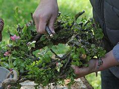 Einen Frühlingskranz aus Zweigen binden: Die Zweige anpassen - Wohnen & Garten