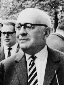 """Theodor W. Adorno (* 11. September 1903 in Frankfurt am Main; † 6. August 1969 in Visp, Schweiz; eigentlich Theodor Ludwig Wiesengrund) war ein deutscher Philosoph, Soziologe, Musiktheoretiker und Komponist. Er zählt mit Max Horkheimer zu den Hauptvertretern der als Kritische Theorie bezeichneten Denkrichtung, die auch unter dem Namen Frankfurter Schule bekannt wurde. """"Es gibt kein richtiges Leben im falschen."""""""