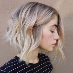 Swooning over this cool blonde tone hairstyle that has some *major* warm weather vibes., Swooning over this cool blonde tone coiffure that has some *main* heat climate vibes. Swooning over this cool blonde tone coiffure that has some *main. Hair Blond, Icy Blonde, Balayage Bob Blonde, Hair Bangs, Balyage Bob, Blonde Short Hair, Blonde Highlights Bob, Short Balayage, Curls Hair