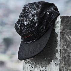 """Boné 5 Panel da marca brasileira Urbanfor, batizado de """"Favela"""". Em sua apresentação, a marca diz que """"esse cap é feito de risco"""". """"Favela"""" é construído em microfibra com gráfico silkado pelos painéis..."""